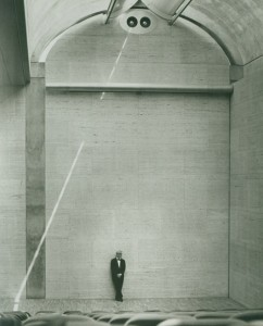 louis_kahn_at_the_auditorium_of_the_kimbell_art_museum_1972_c_kimbell_art_museum_photo_bob_wharton